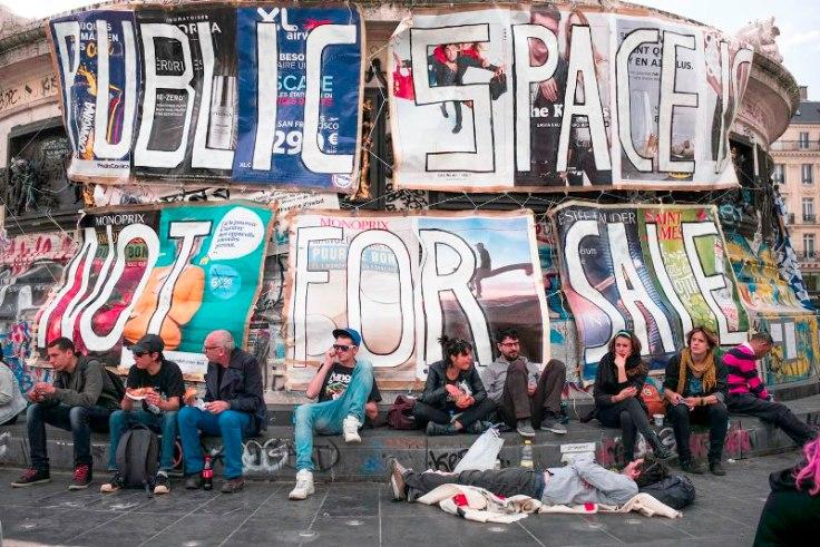 Affichage contre la privatisation de l'espace public au pied de la statue de la place de la République. Nuit Debout - Paris, Place de la République, 7 mai 2016