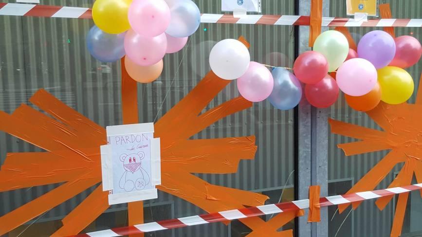Les mots d'excuses sur la façade de l'hôpital Necker après la manifestation du 14 juin. Estelle Nuit Debout - DR